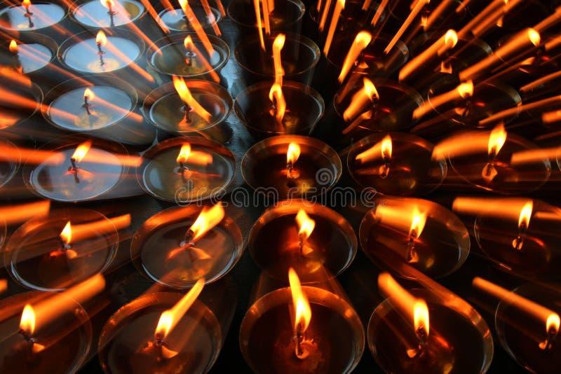 慈善 祈祷的蜡烛在一个修道院里在不丹 摘要,烛光 免版税库存图片