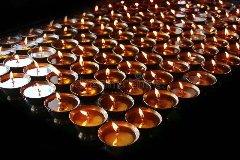 慈善 祈祷的蜡烛在修道院里 库存图片