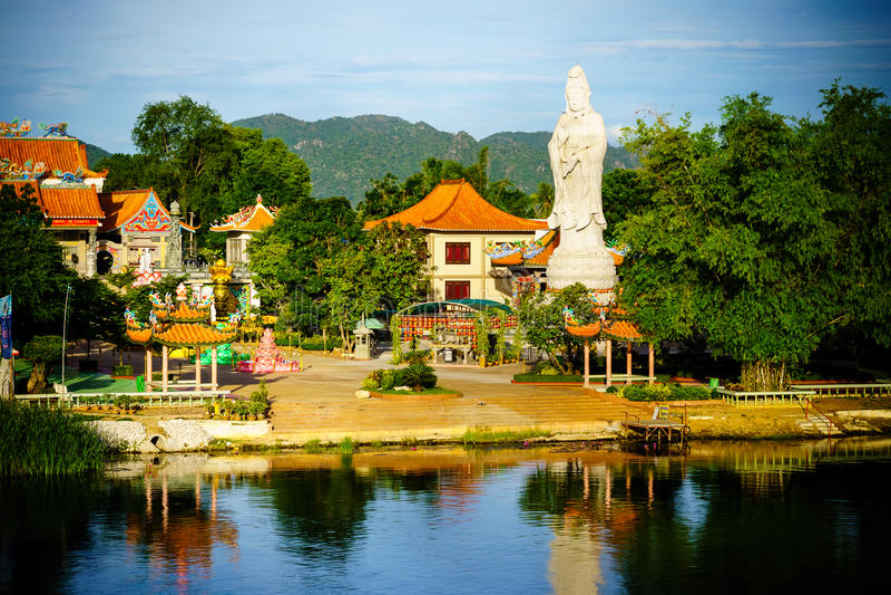 慈悲的佛教女神 在中国寺庙的雕象在河k附近 免版税库存照片