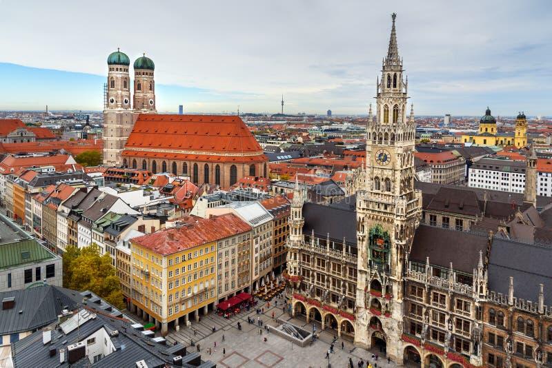 慕尼黑历史中心空中都市风景与新村城镇厅的玛利亚广场和Frauenkirche的 ?? 免版税图库摄影