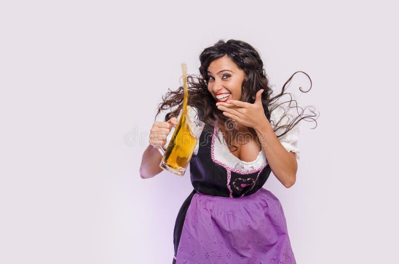 慕尼黑啤酒节、女服务员飞行头发和啤酒 免版税库存照片