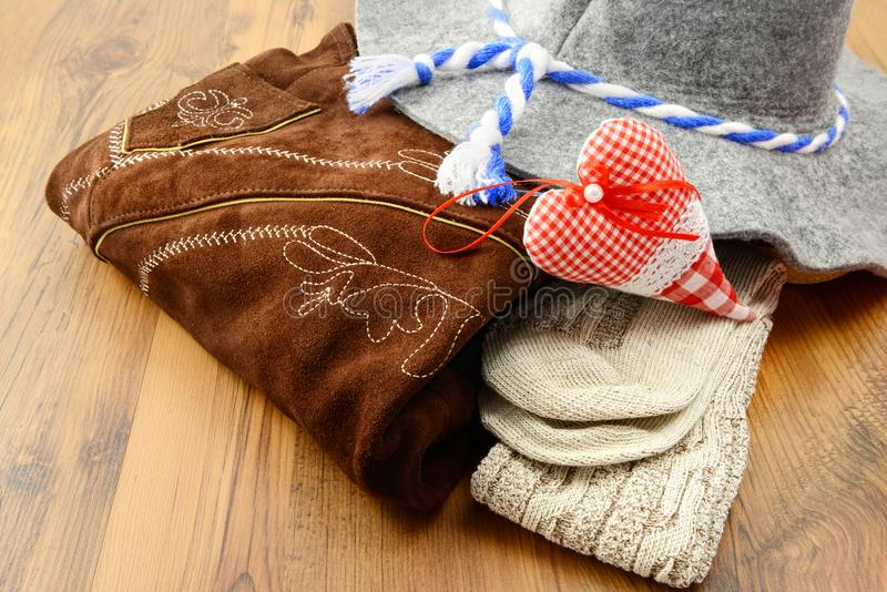 慕尼黑啤酒节布料喜欢皮短裤、呢帽和传统soc 库存照片