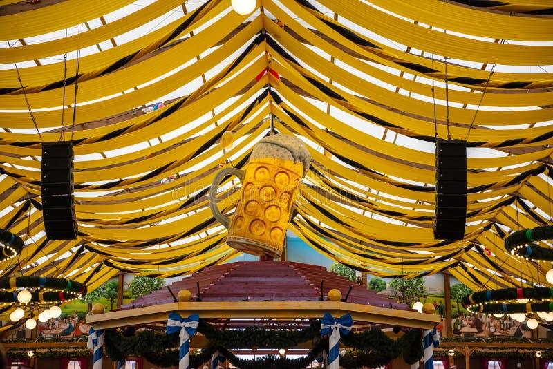 慕尼黑啤酒节,慕尼黑,德国,黄色帐篷屋顶背景 免版税库存图片