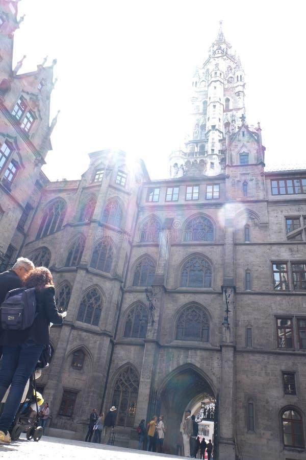 慕尼黑市有阳光的Rathaus城镇厅 免版税库存照片