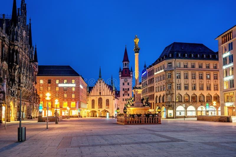 慕尼黑老镇、玛利亚广场和奥尔德敦霍尔,德国 免版税库存照片