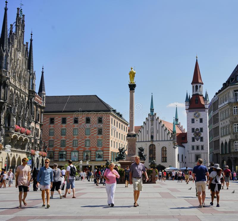 慕尼黑街市在有游人&顾客的玛利亚广场 免版税库存照片