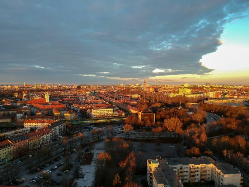 慕尼黑鸟瞰图在日落,慕尼黑,德国的一个冬日 免版税库存照片