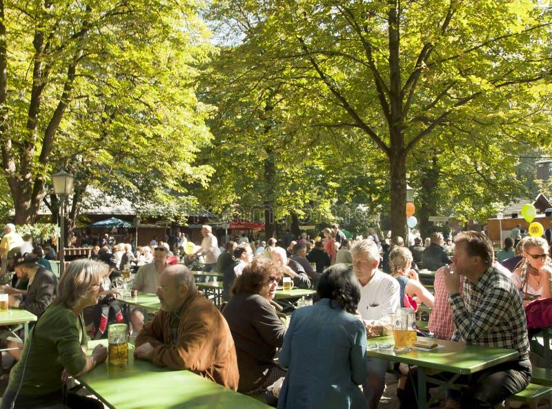 慕尼黑,在Englischer Garten的Biergarten 免版税图库摄影