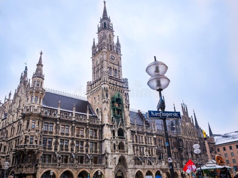 慕尼黑,德国- 2月22日-2018 :在新市镇霍尔附近的游人Marienplatz广场的在慕尼黑,巴伐利亚,德国 免版税图库摄影