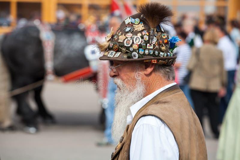 慕尼黑,德国9月27,2017 :有胡子的老人在帽子和传统巴法力亚衣裳在慕尼黑啤酒节 库存图片