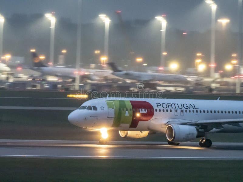 慕尼黑,德国/Gemany 2019年5月05日:葡萄牙航空公司飞机在MUC机场登陆 免版税库存照片