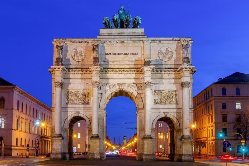 慕尼黑 曲拱城市日横向巴黎晴朗凯旋式 免版税库存图片