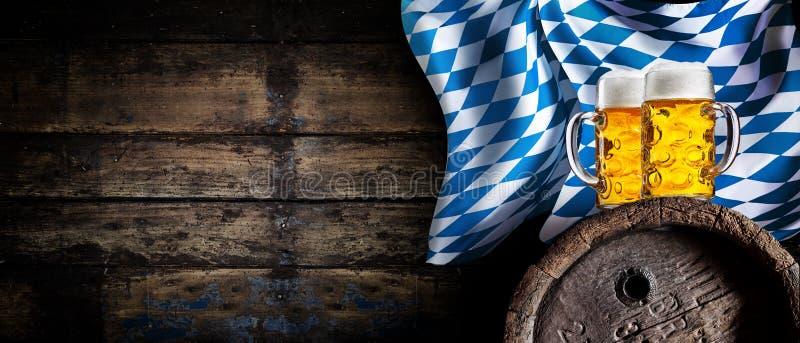 慕尼黑啤酒节与啤酒横幅的小酒馆背景 免版税库存照片