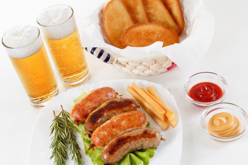 慕尼黑啤酒节传统啤酒菜单 油煎的香肠用多士和芥末 库存照片