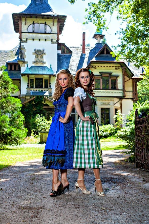慕尼黑啤酒节少女装的两个美丽的女孩 库存图片