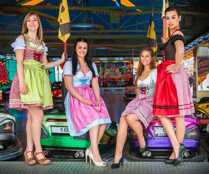 慕尼黑啤酒节的年轻和可爱的妇女与 免版税库存图片