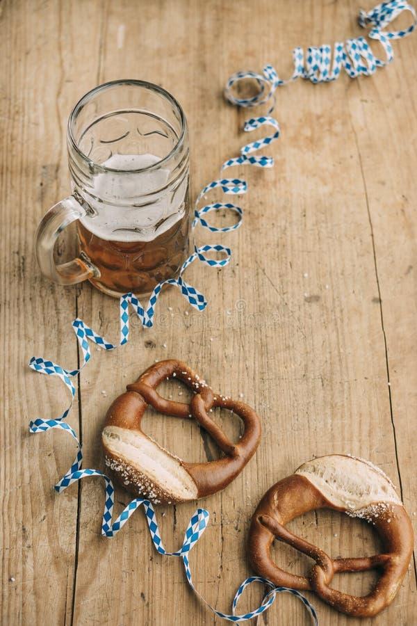慕尼黑啤酒节:啤酒、椒盐脆饼和巴法力亚飘带Masskrug  图库摄影