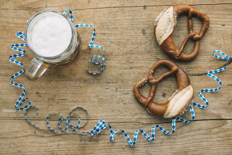 慕尼黑啤酒节:啤酒、椒盐脆饼和巴法力亚飘带Masskrug  库存图片