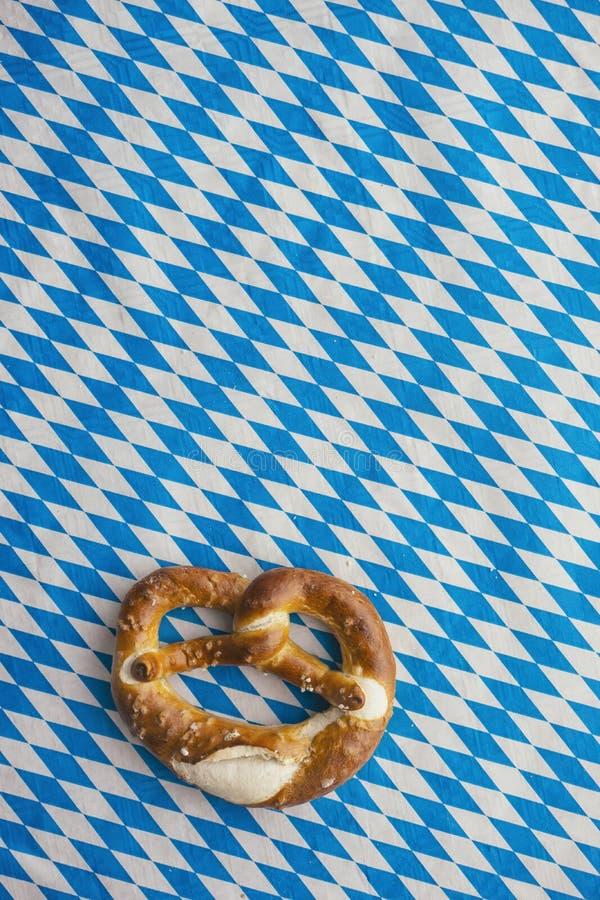 慕尼黑啤酒节:在巴法力亚桌布的椒盐脆饼 免版税库存照片