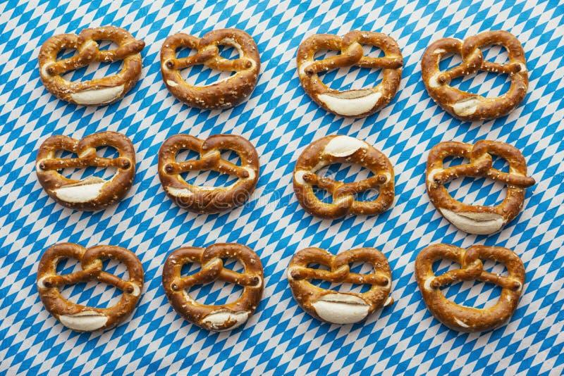 慕尼黑啤酒节:在巴法力亚桌布的椒盐脆饼 免版税库存图片