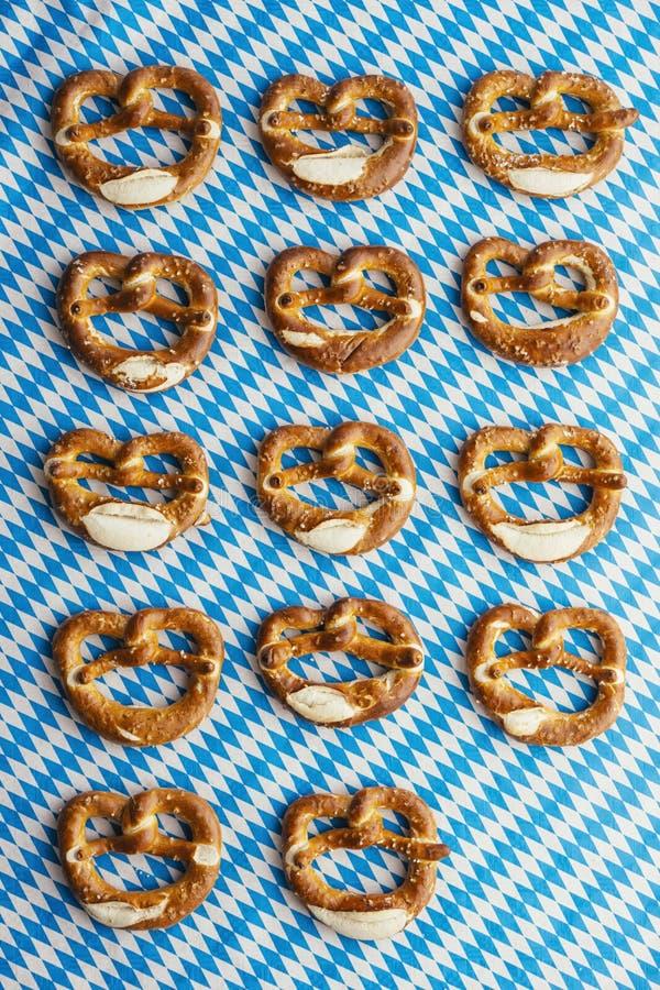 慕尼黑啤酒节:在巴法力亚桌布的椒盐脆饼 库存照片