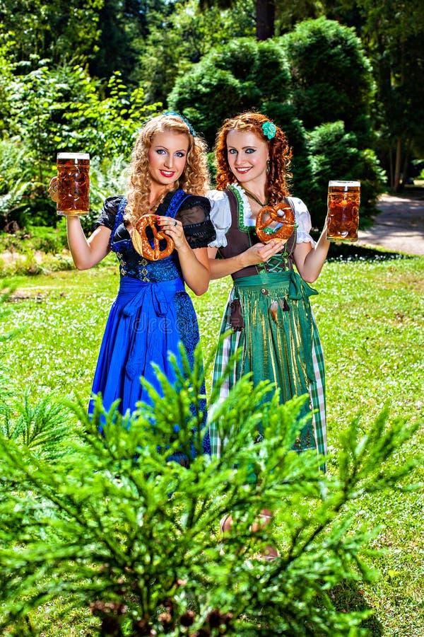 慕尼黑啤酒节-少女装、椒盐脆饼和啤酒 免版税库存照片