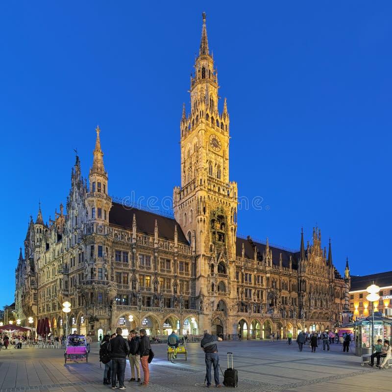 慕尼黑在晚上,德国Marienplatz广场的新市镇霍尔  免版税库存图片