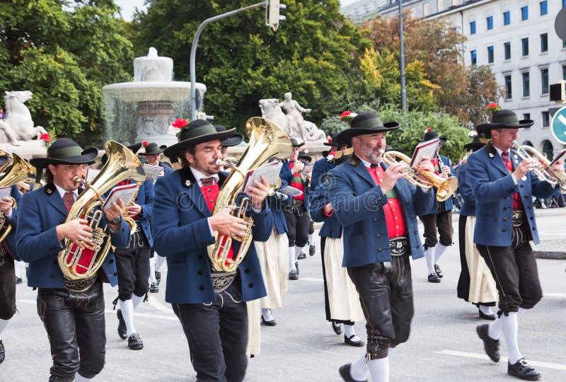 慕尼黑- 9月22 :在传统服装和步枪兵的游行的音乐旅团在慕尼黑啤酒节期间在慕尼黑,德国 免版税库存图片