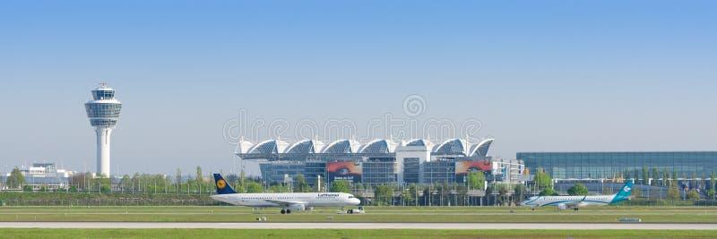 慕尼黑有乘出租车的班机的国际机场全景  免版税图库摄影