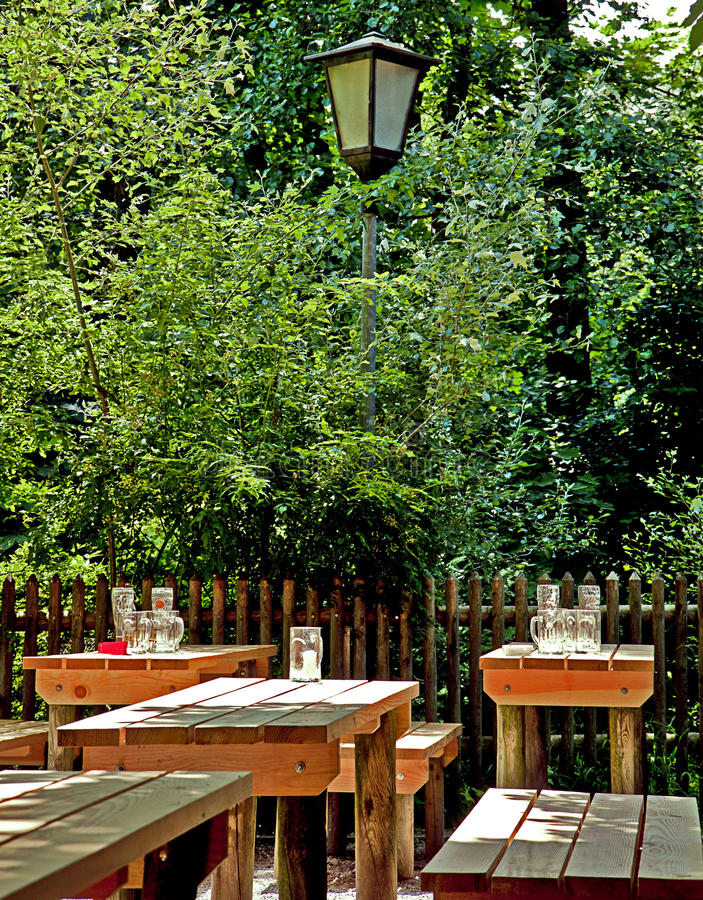 慕尼黑,德国-夏令时的啤酒庭院 免版税库存图片
