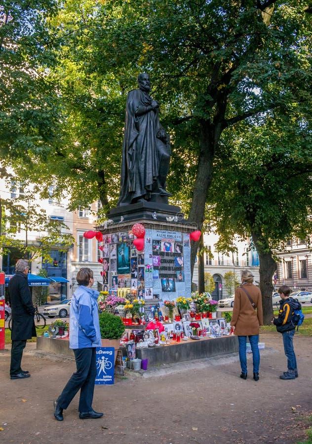慕尼黑,德国- 2011年10月16日:暂时纪念人民迈克尔・杰克逊打开纪念碑到奥兰多di Lasso 免版税库存照片