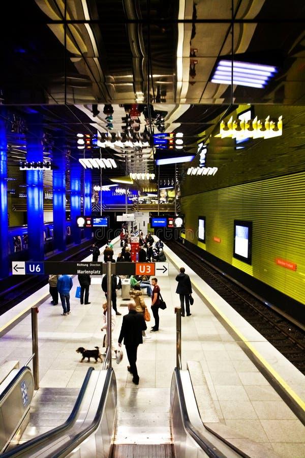 慕尼黑,德国-等待地铁的人们在Muenchn 库存图片
