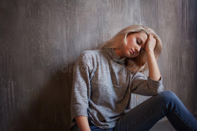 慢性疲劳综合症状 疲乏的妇女年轻人 库存照片