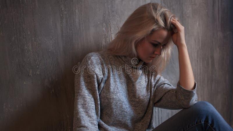 慢性疲劳综合症状 疲乏的妇女年轻人 免版税库存图片