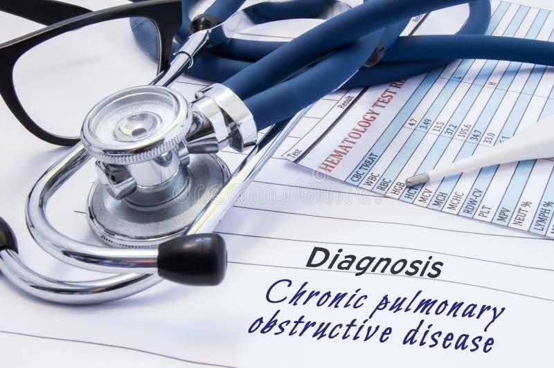 慢性肺阻碍疾病COPD诊断  在医生桌与标题慢性肺阻碍二的谎言纸 库存图片