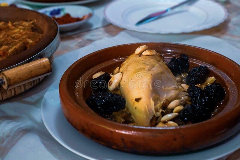 慢煮熟的鸡用修剪,杏仁,葱和洒与芝麻,摩洛哥tagine 免版税库存图片