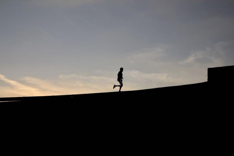 慢跑者剪影 免版税库存图片