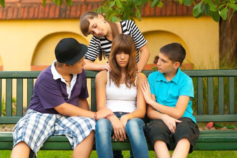 慰问和支持他们的女朋友的少年 免版税图库摄影