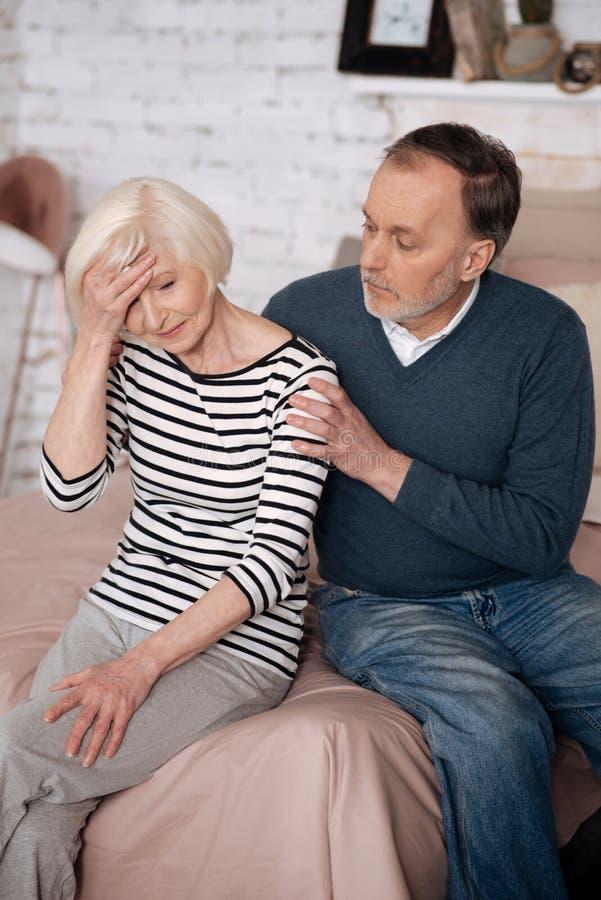 慰问他的妻子的老人特写镜头 免版税库存图片