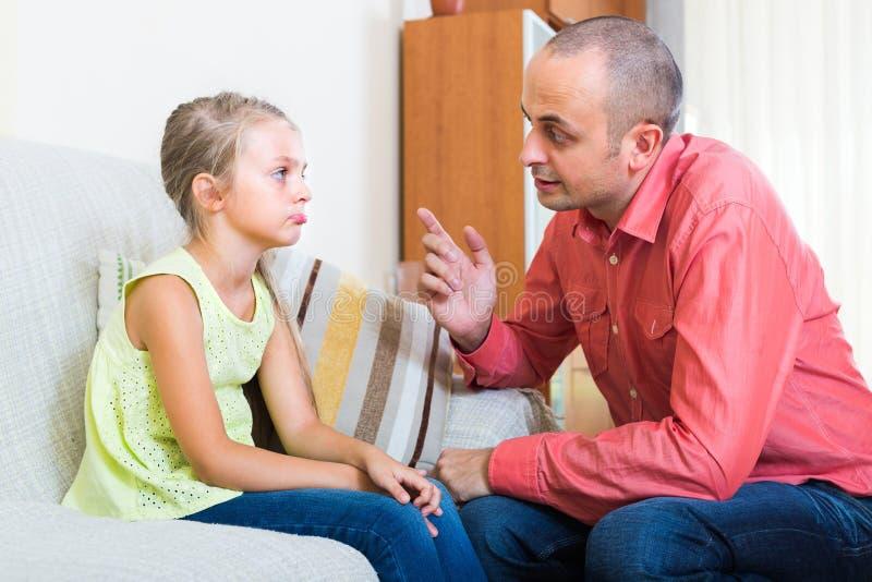 懊恼父亲和孩子 免版税图库摄影