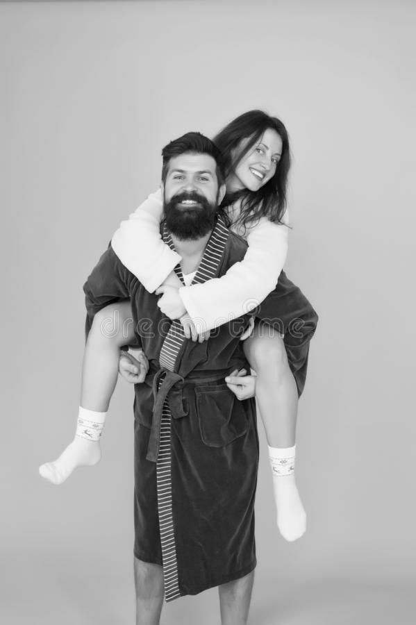 懒惰周末 在爱的romantinc夫妇 妇女和人长袍的 完善的早晨 r 幸福家庭周末 图库摄影