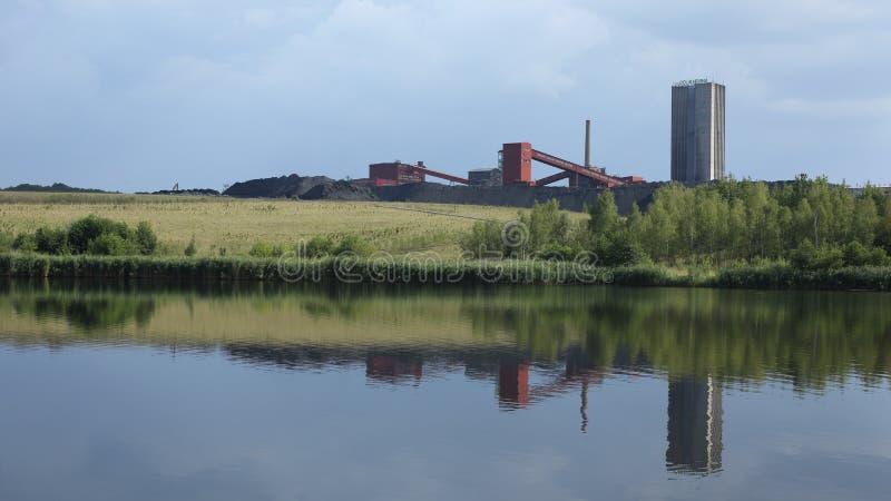 懒惰的ORLOVA,捷克, 2015年8月12日:黑煤矿,与池塘的被索还的表面联合矿业 库存图片