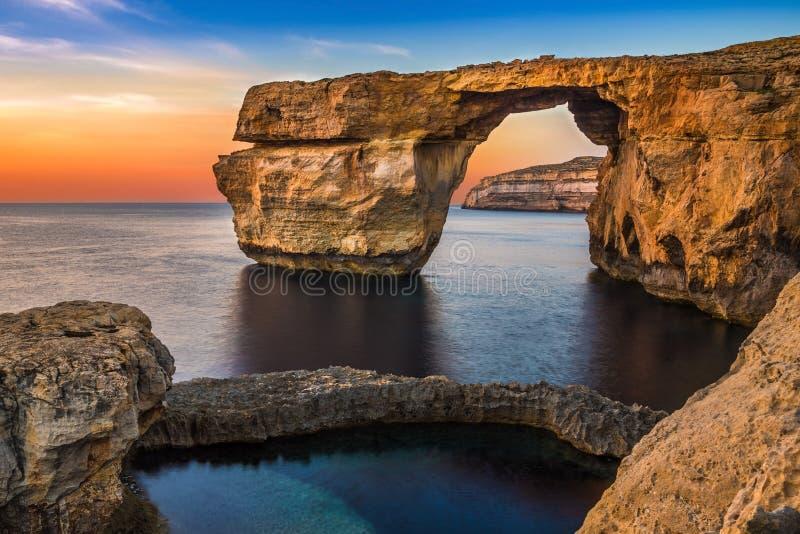 戈佐岛,马耳他-美丽的天蓝色的窗口、自然曲拱和fam 免版税库存照片