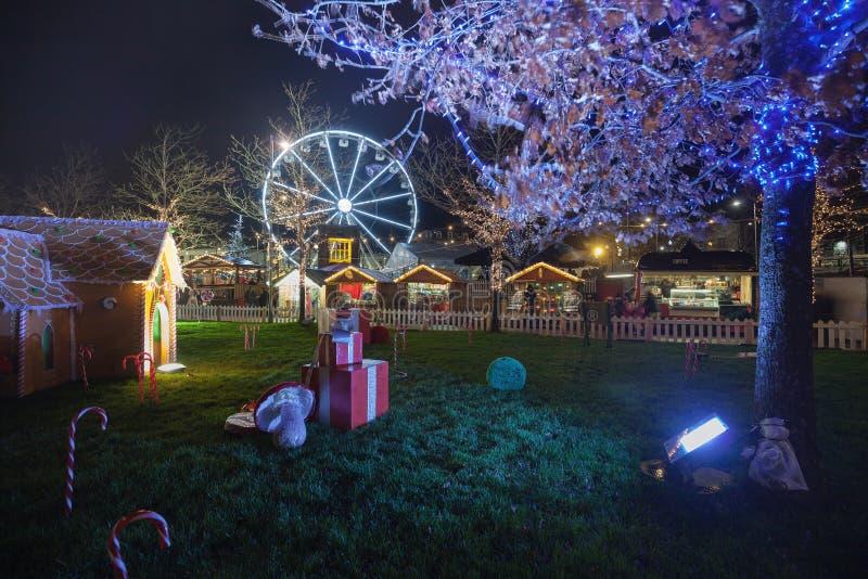 戈尔韦圣诞节市场在晚上 库存图片