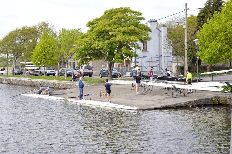 戈尔韦,爱尔兰的俱乐部4月2017年,准备好皮船风帆 库存照片