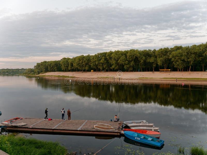 戈梅利,白俄罗斯- 2019年7月13日:城市的堤防在晚上 免版税库存照片