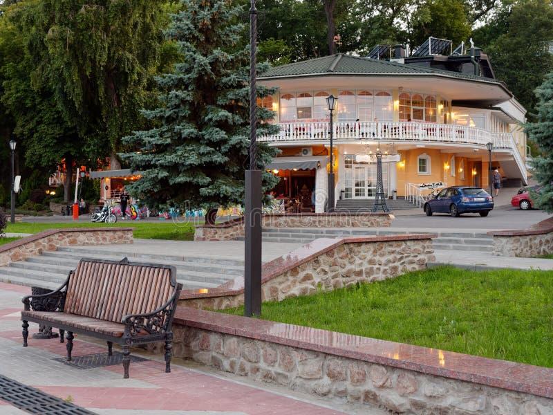 戈梅利,白俄罗斯- 2019年7月13日:堤防的里维埃拉餐馆在晚上 免版税库存照片