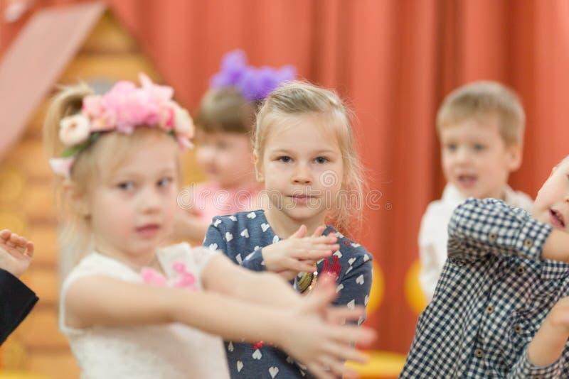 戈梅利,白俄罗斯- 2017年3月2日:一个节日音乐会在幼儿园致力场合3月8日 免版税库存图片