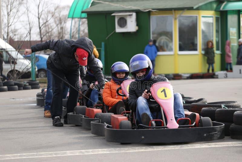 戈梅利,白俄罗斯- 2010年3月8日:在种族的非职业竞争在karting的轨道 组织的休闲 免版税库存照片