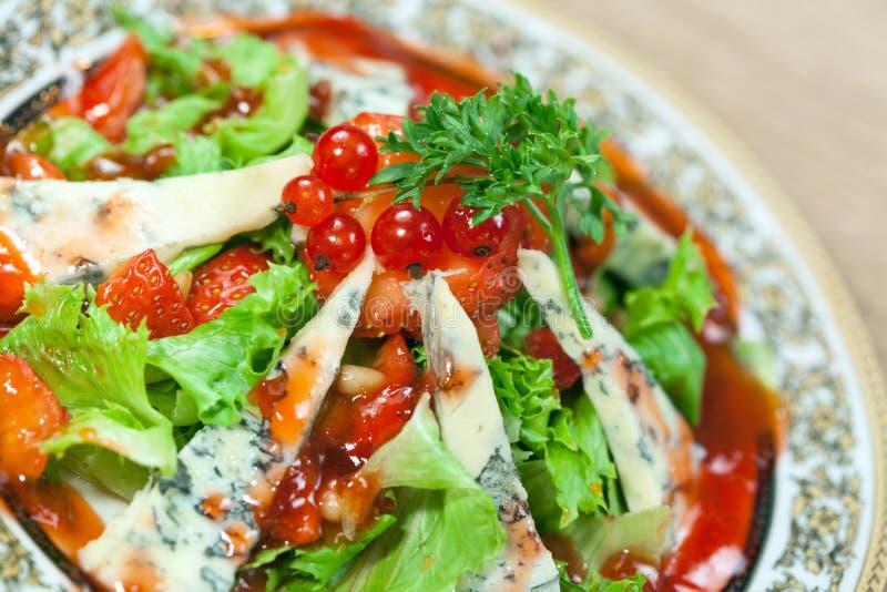 戈贡佐拉蔬菜沙拉草莓 免版税库存照片